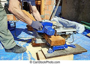 colletto blu, carpentiere, usando, sega elettrica