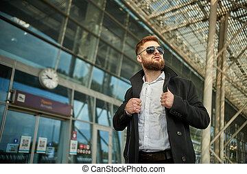 collier, deux, regarder, mains, ajustement, type, loin, homme, lunettes soleil, rouge-tête