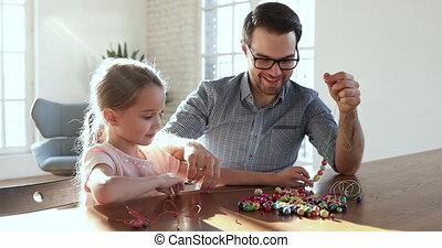 collier, peu, père, portion, soucier, fille, corder, enfant...