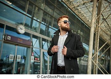 collier, regarder, type, homme, loin, mains, ajustement, lunettes soleil, deux, rouge-tête