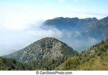 colline, paysage, à, nuages