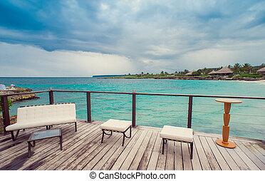 colocação tabela, em, tropicais, restaurante ao ar livre, em, a, praia., café, ligado, litoral, oceânicos, e, sky., república dominicana, caribbean., relax., remoto, paradise.