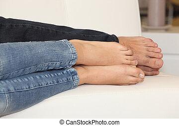 colocar, pareja, descalzo, sofá