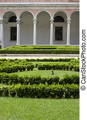 Colonnade behinde the hedge