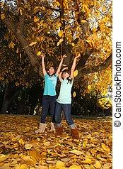 coloré, feuilles, dehors, automne, enfants, heureux