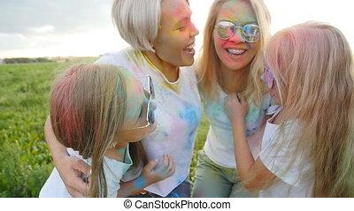 coloré, mères, festival, enfants, couleurs, poudre, holi, amusement, avoir, heureux