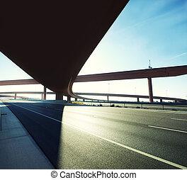 color, paso superior de la carretera