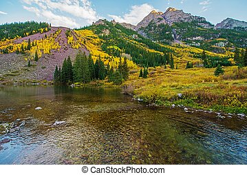 Colorado Fall Scenery. Maroon Bells Lake. Aspen, Colorado,...