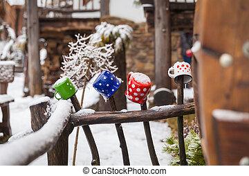 colorato, tazze, su, uno, recinto legno, in, uno, wonderland inverno, villaggio