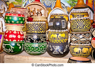 colorfully, pintado, de madera, ollas, en, mercado, áfrica.