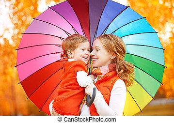 colorido, arco íris, feliz, chuva, sob, mum, criança, família, filha, guarda-chuva