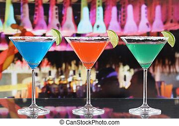 colorido, cócteles, en, anteojos de martini, en una barra