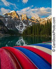colorido, canoas, en, lago moraine, banff parque nacional, en, salida del sol
