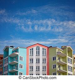 colorido, casas, debajo, un, cielo azul