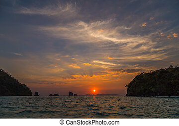 colorido, cielo, con, se nubla en la puesta de sol, vista marina