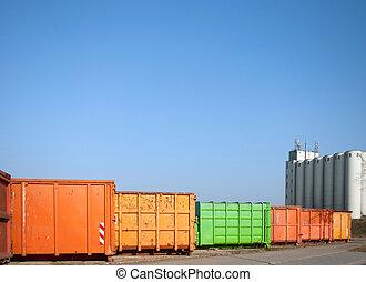 colorido, contenedor, para, desperdicio, transporte, en, un, sitio industrial