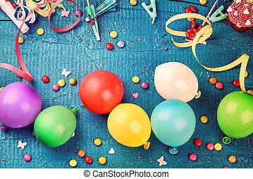 colorido, cumpleaños, marco, con, multicolor, fiesta, artículos, en, azul oscuro, plano de fondo