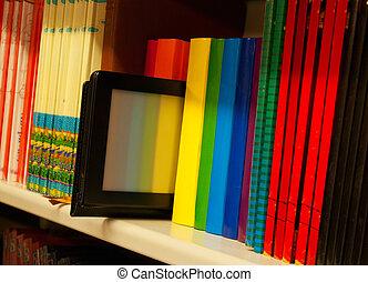 colorido, estante, libros, lector, libro electrónico, fila