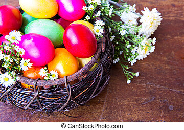 colorido, huevos de pascua, en, marrón, cesta, con, flor