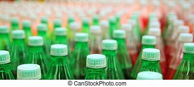 colorido, jugo, bebida, botella plástica, en, fábrica