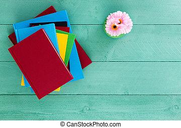 colorido, pila de libros, apilado, en, un, tabla verde