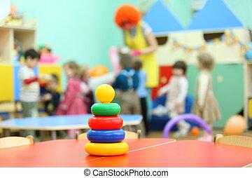 colorido, pirámide, juguete, estante, en la mesa, en, kindergarten;, niños, juego
