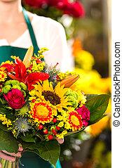 colorido, ramo, flores, florista, sostener la flor, mercado