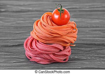 coloridos, italiano, macarronada, e, tomate cereja, ligado, tabela madeira