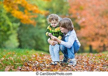 coloridos, tocando, feliz, irmã, irmão, toddler, junto