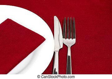 coltello forchetta, con, piastra bianca, su, tovaglia rossa