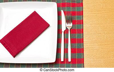 coltello forchetta, con, piastra bianca, su, verde, e, tovaglia rossa