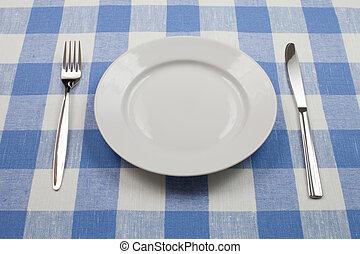 coltello, piastra bianca, e, forchetta, su, blu, controllato, tovaglia