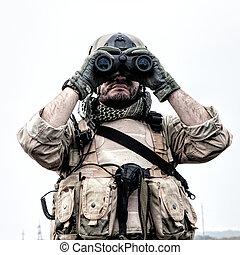 comando, soldado, usando, binóculos, observar, terreno
