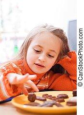 comendo chocolate