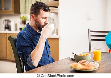 comendo desjejum, sozinha