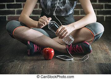 comendo maçã, descanso, água, música, tomar, escutar, bebendo