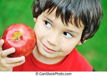 comendo maçã