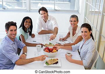comer, escritório negócio, pessoas, câmera, almoço, fruta, sanduíches, sorrindo