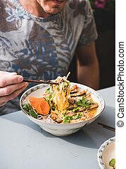 comer, homem, porcelana, vietnamita, caril, pato, prato, noodle