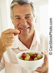 comer, meio, fruta, fresco, envelhecido, homem