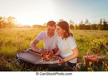 comer mulher, alimento, par, jovem, rapidamente, tendo, pizza, de., piquenique, homem, concept., sunset.