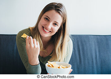 comer mulher, jovem, sofá, lanches