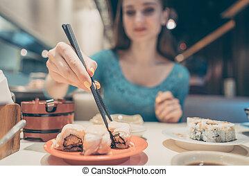 comer mulher, restaurante, alimento, sushi, japoneses