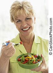 comer mulher, salada, meio, fresco, envelhecido