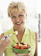 comer mulher, salada, meio, fruta, fresco, envelhecido