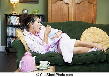 comer mulher, sofá, jovem, deleite, doce, lar, mentindo
