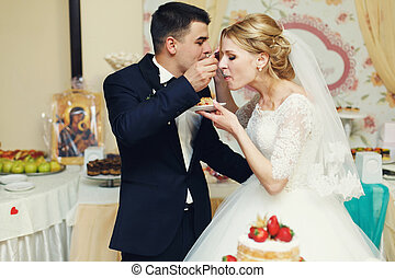 comer, par, noivo, noiva, gostosa, bolo casamento, loiro, bonito, feliz