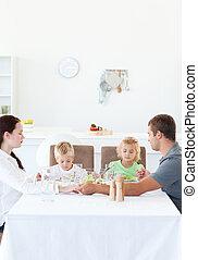 comer, salada, família, seu, enquanto, segurar passa, orando, antes de