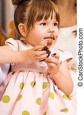 comida, glaseado, ella, cara, torta de cumpleaños, niña