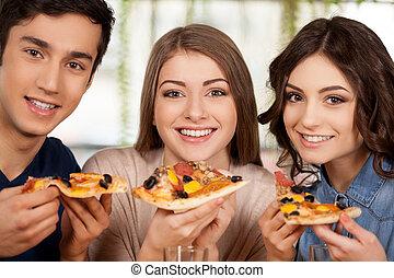 comida, pizza., gente, joven, tres, alegre, cámara, fresco, sonriente, pizza